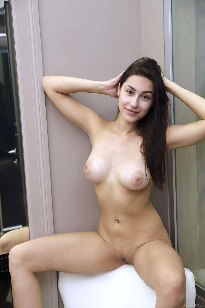 Photoacompanhante novinha peituda pelada exibindo o bucetão